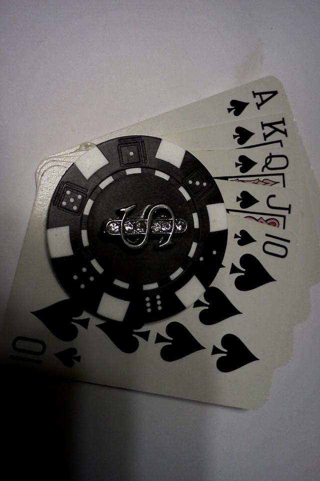 5 card spread with poker chip in the center magnet Photo
