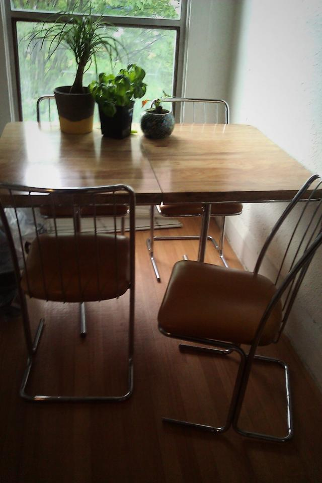 Vintage dining table + 4 Chairs Photo