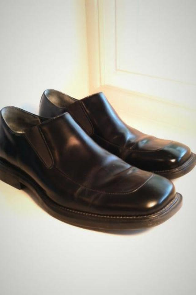 Kenneth Cole Men's size 10 black leather slip on dress shoes Large Photo