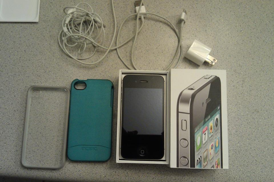 Pristine black 16 GB Verizon iPhone 4S with extras Large Photo
