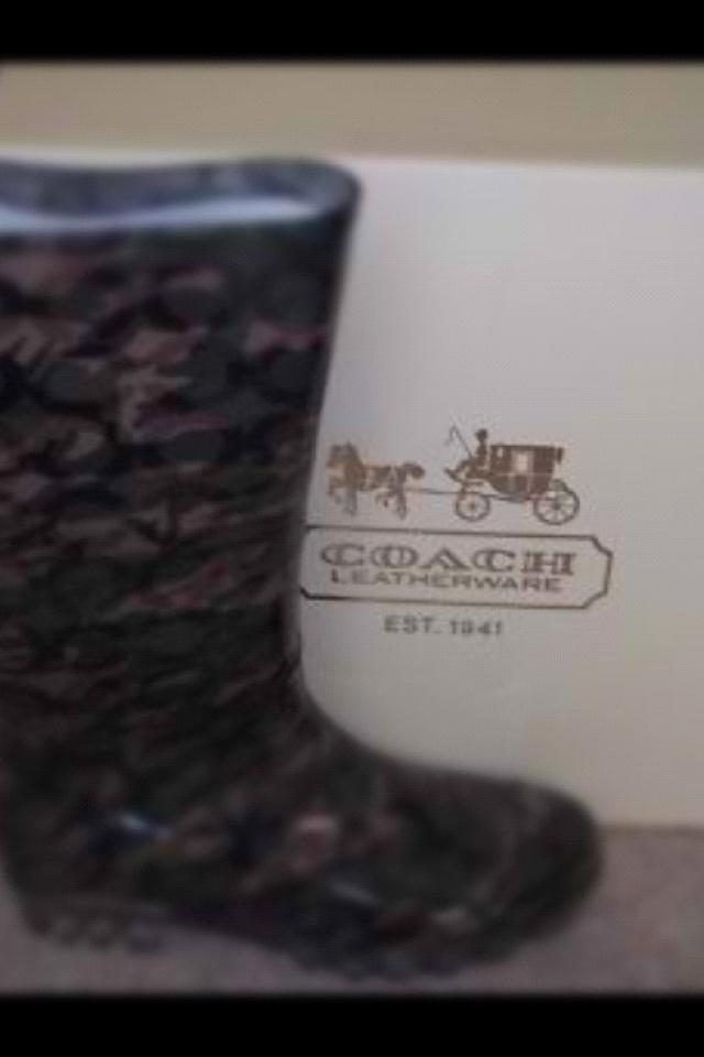 New in box sz 6 camo coach rain boots  Photo
