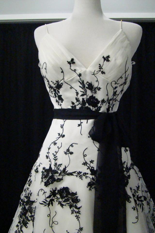 New Ivory/Black Embroidered Tulle Wedding Gown Sz 8 Photo