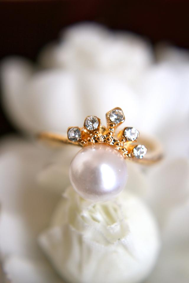Delicate Crown and Pearl Ring Large Photo