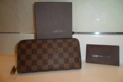 Louis Vuitton Women's Ebene Damier Wallet! Photo