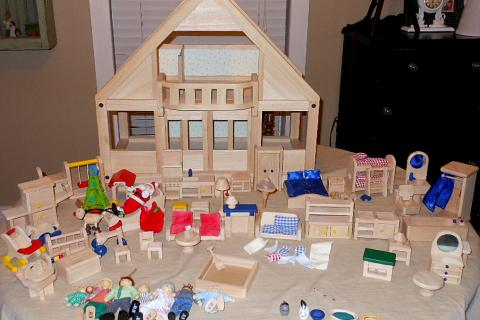 RYANS ROOM WOODEN DOLLHOUSE WITH 85 ACCESSORIES/DOLLS Photo
