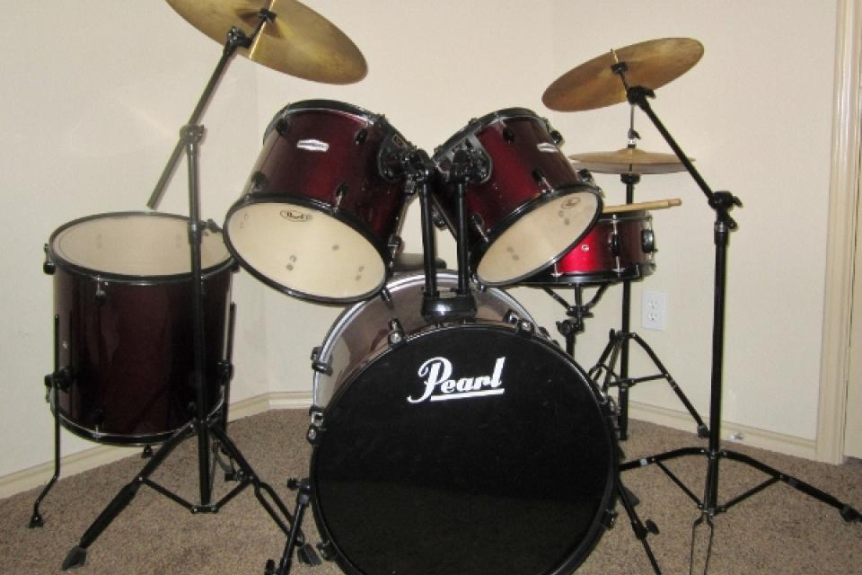 Excellent Pearl Forum Drum Set Barely Used. Red Wine Color Large Photo