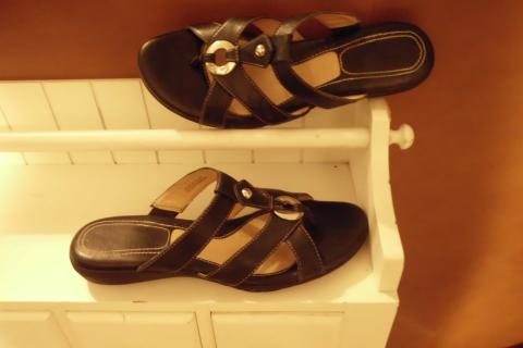 Sz 7.5 N  NATURALIZER; Black Leather Thong Sandals w/ Decorative O Ring Photo