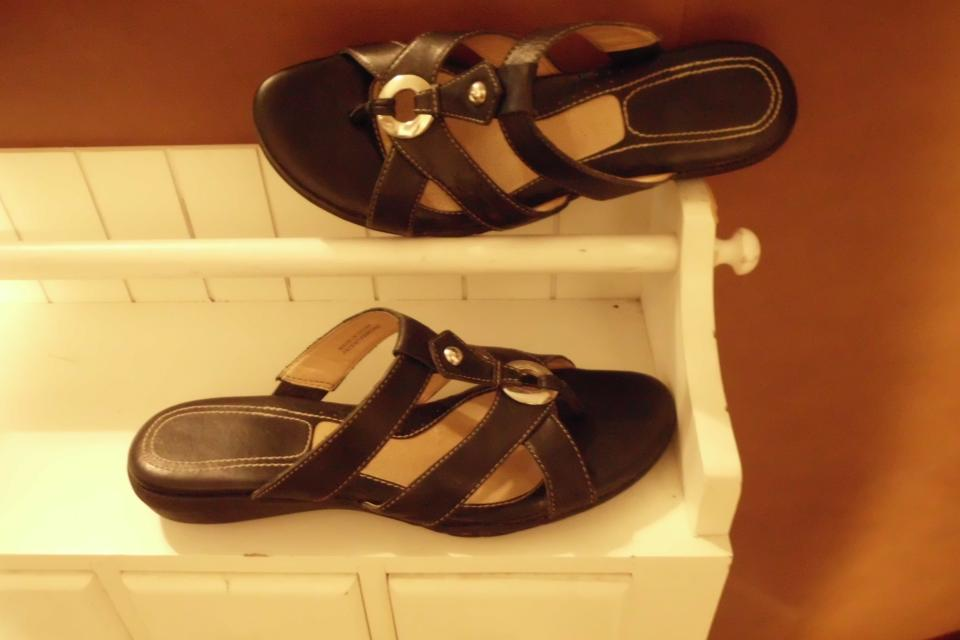 Sz 7.5 N  NATURALIZER; Black Leather Thong Sandals w/ Decorative O Ring Large Photo