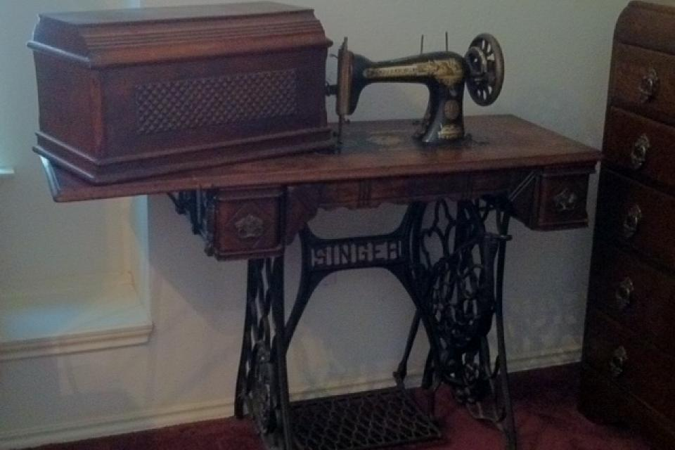 1910 Singer Sewing machine with cabinet Large Photo