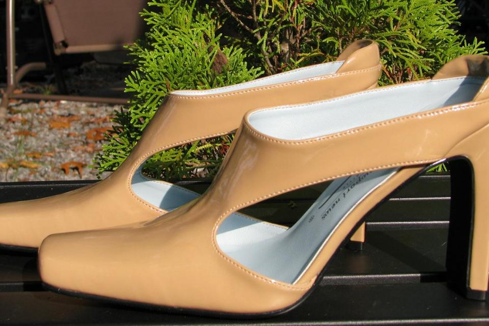 ♥♥♥NEWPORT NEWS♥♥♥ Beige PATENT LEATHER HEELS Size  8.5 M, STYLISH, LOOK!!! Large Photo