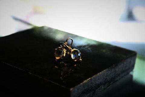 18k gold earrings Photo
